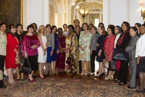 La Reina Sofía posa con las asistentes al almuerzo con mujeres embajador...