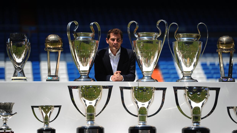 Iker Casillas posó con los trofeos que ganó en el Real Madrid.