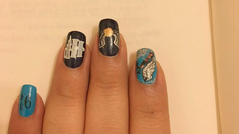 Las uñas decoradas de una de las lectoras del nuevo libro de Harry Potter.