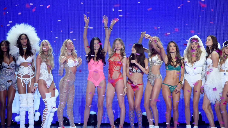 Los ángeles de Victoria's Secret volvieron a iluminar la pasarela.