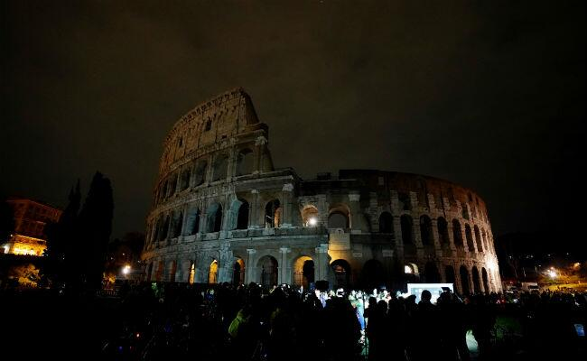 """El Coliseo Romano con sus luces apagadas para celebrar """"La Hora de..."""