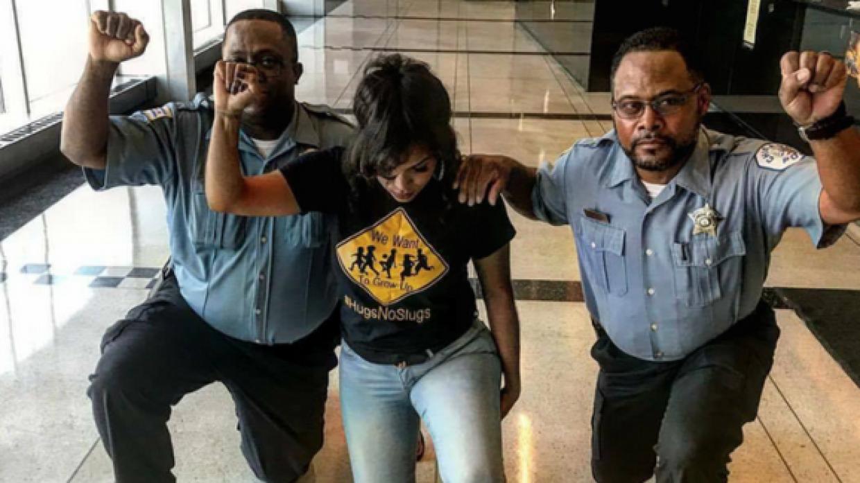 Activista comparte la foto de dos policías de Chicago protestando contra...