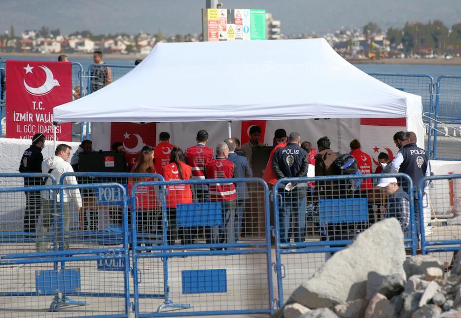 La primera deportación de refugiados de Europa a Turquía después del acu...