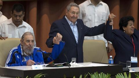 El gobernante cubano Raúl Castro junto a su hermano Fidel Castro...