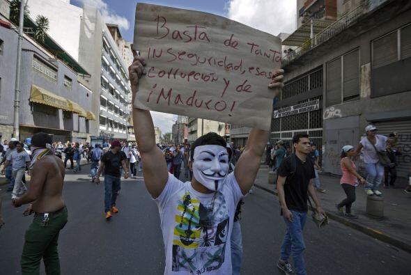 Los estudiantes marchan con pancartas contra el régimen de Nicolás Maduro.