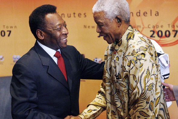La leyenda del fútbol brasileño Pelé estrecha la mano de  Mandela en Joh...