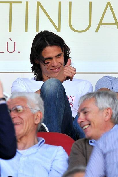 El uruguayo Edinson Cabani vio feliz desde la tribuna el triunfo de su e...