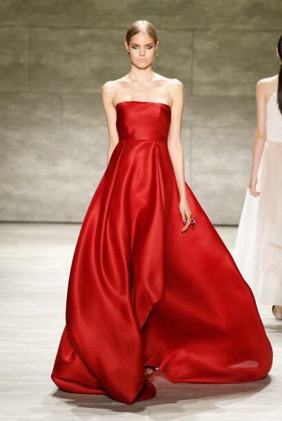 Y este vestido largo y rojo de Ángel Sánchez es para quita...