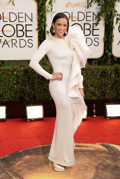 1,2,3 por Paula Patton que escondió detrás de ese enorme adorno. El vest...