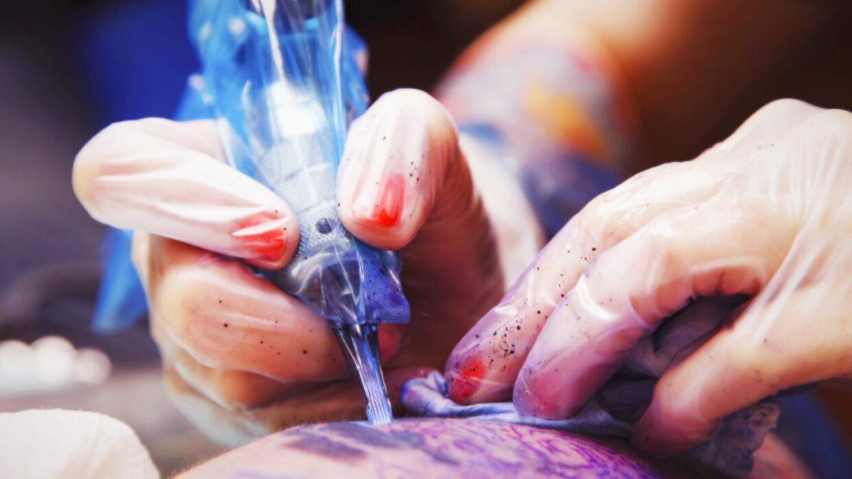 Tatuador poniendo uno