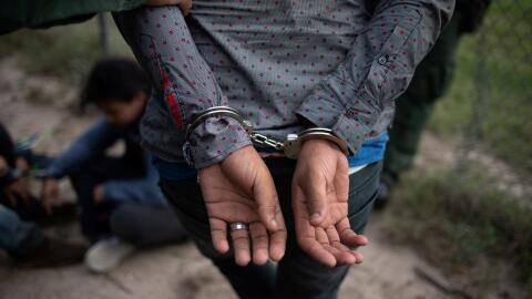 Un inmigrante es detenido en la frontera, cerca de McAllen, Texas.