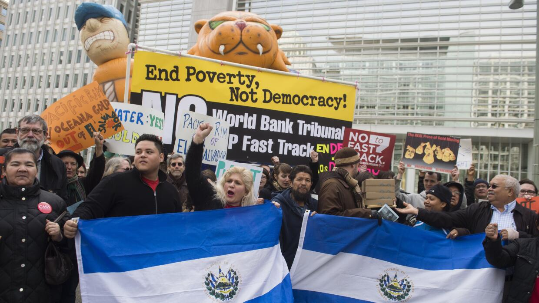 Un grupo de salvadoreños residentes en Estados Unidos durante una protes...