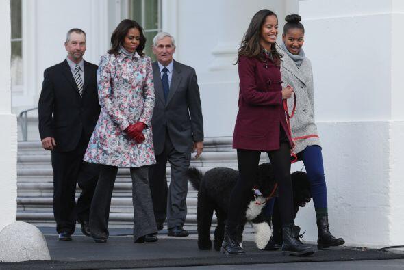 La primera dama salió, acompañada de Malia y Sasha.