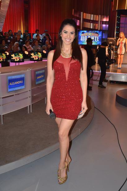 La hermosa Vanessa de Roide está lista para premiar al ganador de la com...