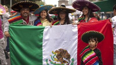 Con un colorido desfile, mexicanos en el sur de California celebraron los 208 años de Independencia de su país