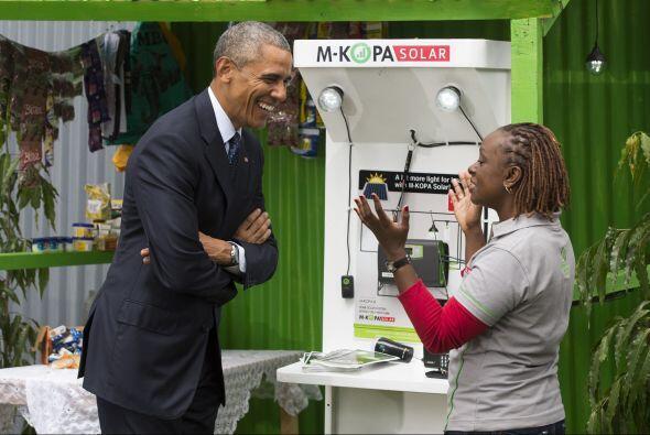 El presidente de EEUU habla con June Muli, jefa del Servicio al Cliente...