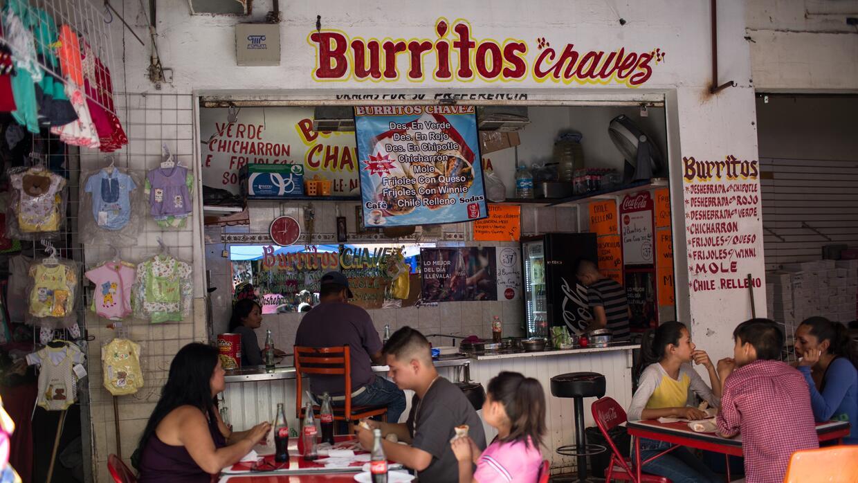 Un puesto de burritos en las calles de Ciudad Juárez próxi...