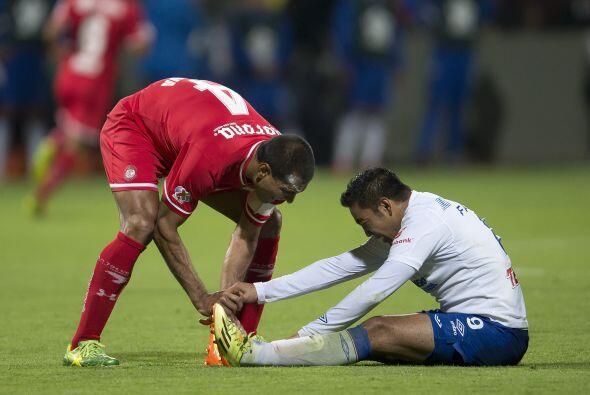 Marco Fabián tuvo un duelo intenso ante Paulo Da Silva, quien le dio un...