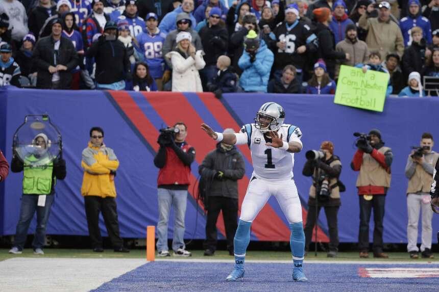 Cam Newton sumó 100 yardas por tierra y cinco pases de touchdown y borró...