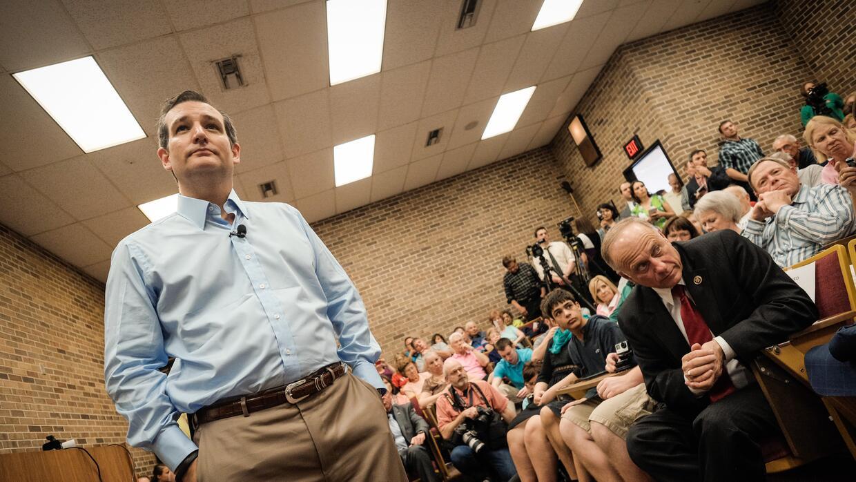 King (sentado alfrente) acompaña a Cruz durante un evento en Iowa en abr...