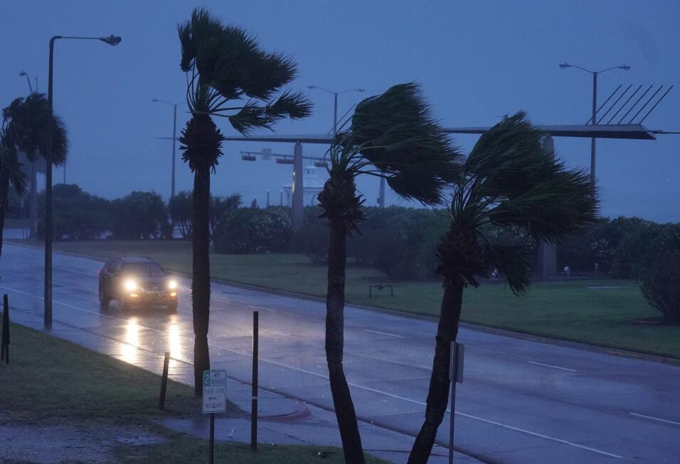 Cae la noche en Corpus Christi. Harvey toca tierra con viento de 130 mil...