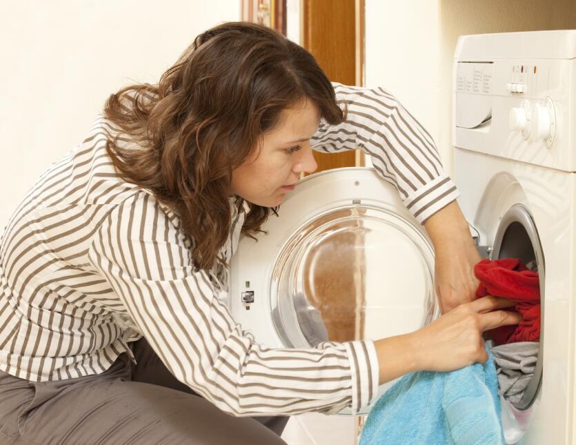 Otro truco para sacarle provecho a la secadora es colocar la ropa arruga...