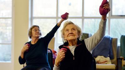 Uno de cada cuatro adultos mayores sufre una caída severa por año: cómo prevenirlas