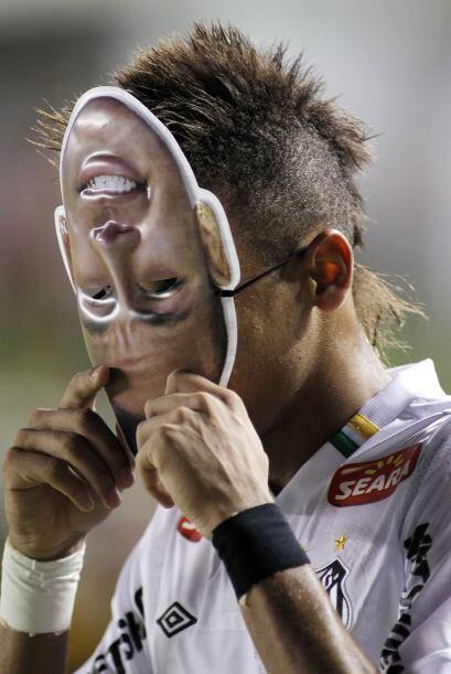 Y curiosamente, después de anotar el gol, Neymar celebró poniéndose una...
