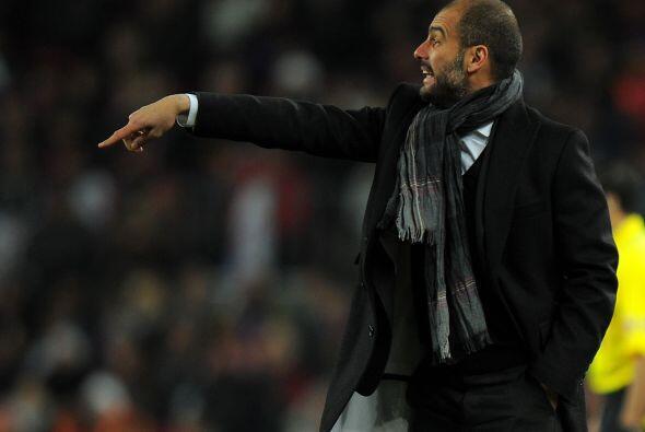Mientras tanto Guardiola daba indicaciones para que su equipo siga hacie...