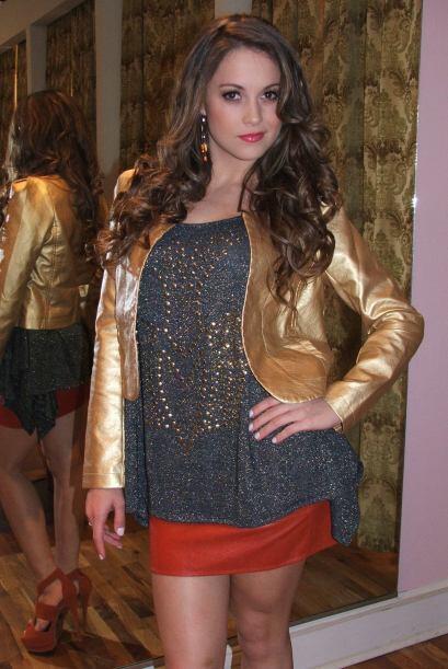 Justamente aquí ella luce una chaqueta en color dorado y una minifalda c...