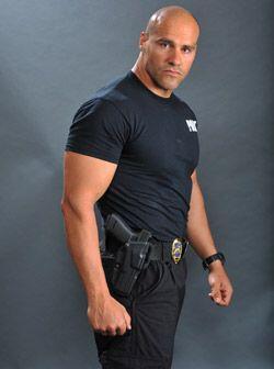 Este chico pertenece al equipo SWAT que es la unidad de intervenciones p...
