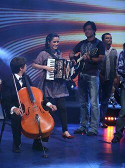 Julieta Venegas llegó a Sábado Gigante para presentar su nuevo corte de...