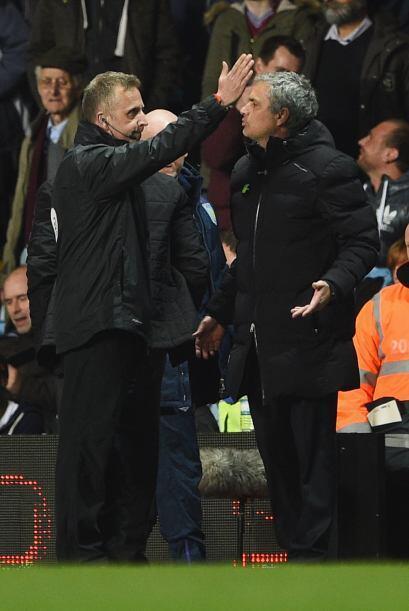Sin más explicaciones, el cuarto árbitro ordenó a Mourinho a cumplir el...