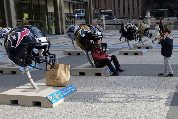 ¡Enoooorrrmes! cascos de fútbol americano de la NFL se exhibieron en el...
