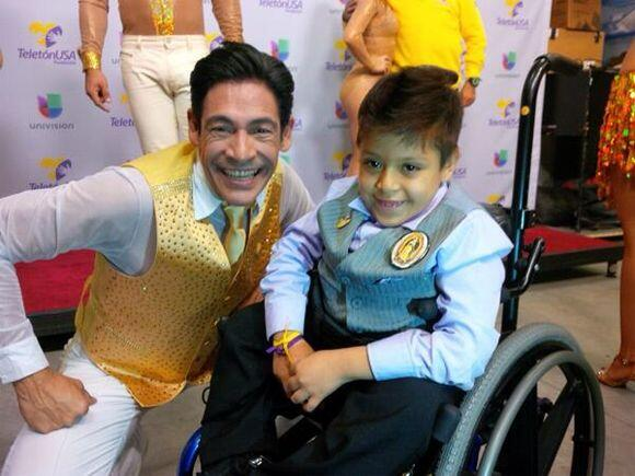 """""""Necesitamos tu ayuda Apoya a @teletonUSA #porlosniños"""", dijo Johnny Loz..."""