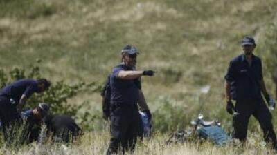 Los expertos internacionales siguen encontrando restos humanos y efectos...