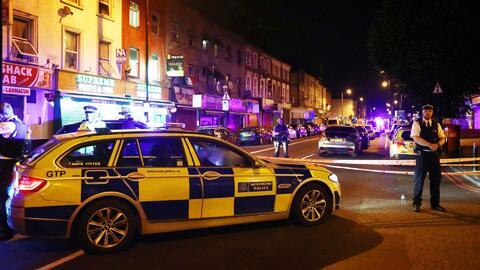 Una camioneta arrolla a varios peatones a la salida de una mezquita en e...