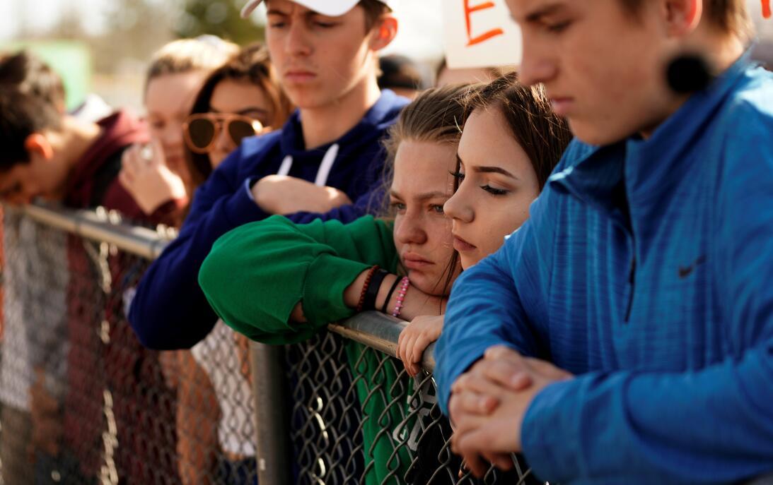 Los estudiantes escuchan de la secundaria Columbine escuchan Frank DeAng...