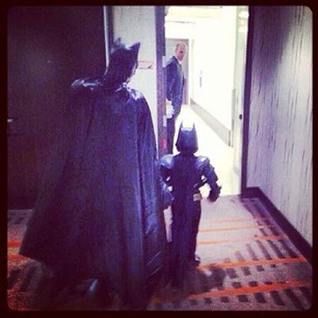 Batkid y Batman listos para salir a trabajar. Usuario @jd_hutz.(Fotograf...