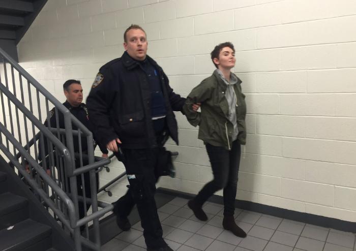 Las detenidas fueron identificadas como Tiffany Robson y Neda Topaloski.