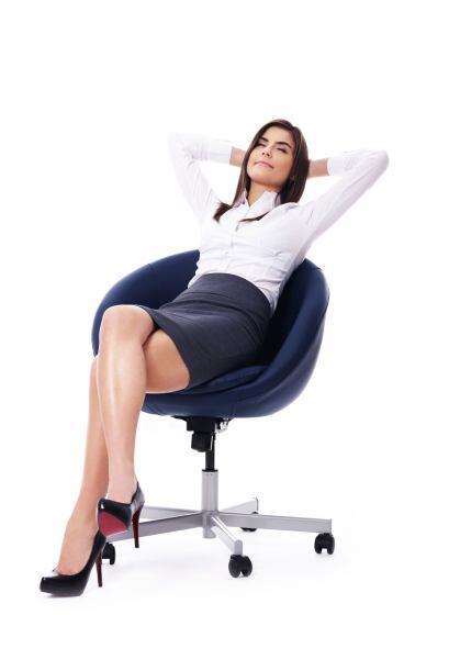 Sentada en tu silla, separa los pies. Inhala e inclínate hacia adelante...