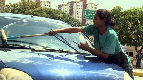 Madre venezolana trabaja todos los días limpiando vidrios, pero solo con...