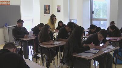 Vea por qué es importante que jóvenes hispanos en EEUU sigan hablando español