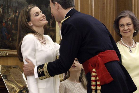 Y una Letizia sobria que recibía un beso en la mejilla de su esposo.