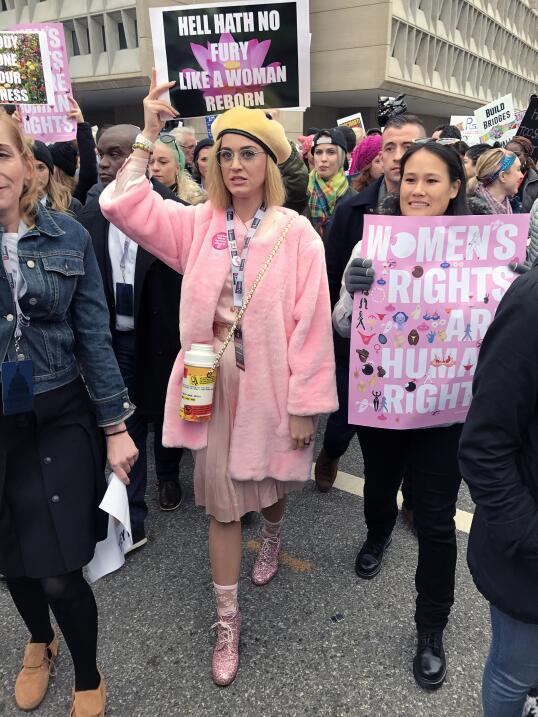 Katy Perry se puso una peluca rubia y gafas para protestar en la Marcha...
