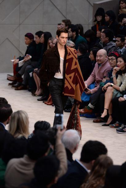 Grandes pañuelos, así como fulares muy largos son clave en el 'outfit'.