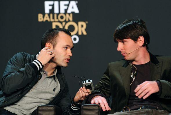 Iniesta le pidió ayuda para colocarse su micrófono.