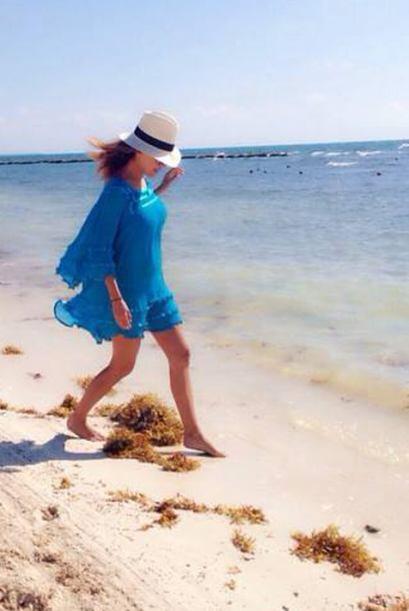 Karla, feliz, disfrutando de la belleza del mar.