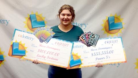 Rosa Dominguez con sus dos premios de la lotería de California.