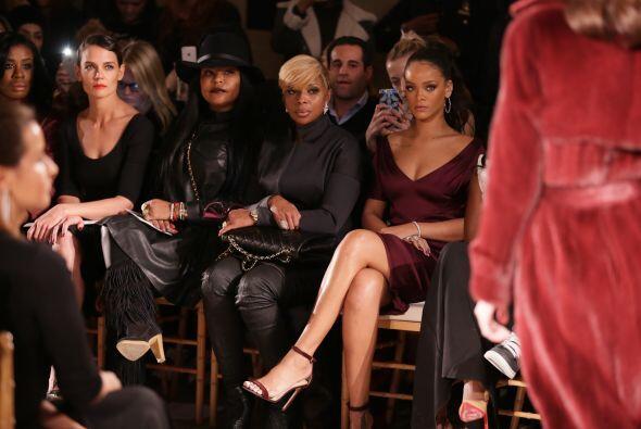 Katie Holmes estuvo sentada cerca de Rihanna, ambas famosas pusieron muc...